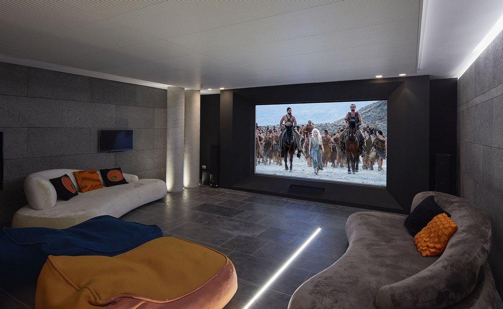 חדר קולנוע בבית מגורים בקיסריה