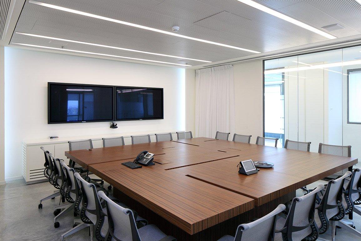 חדר ושולחן דיונים בחברת טליט ווירלס
