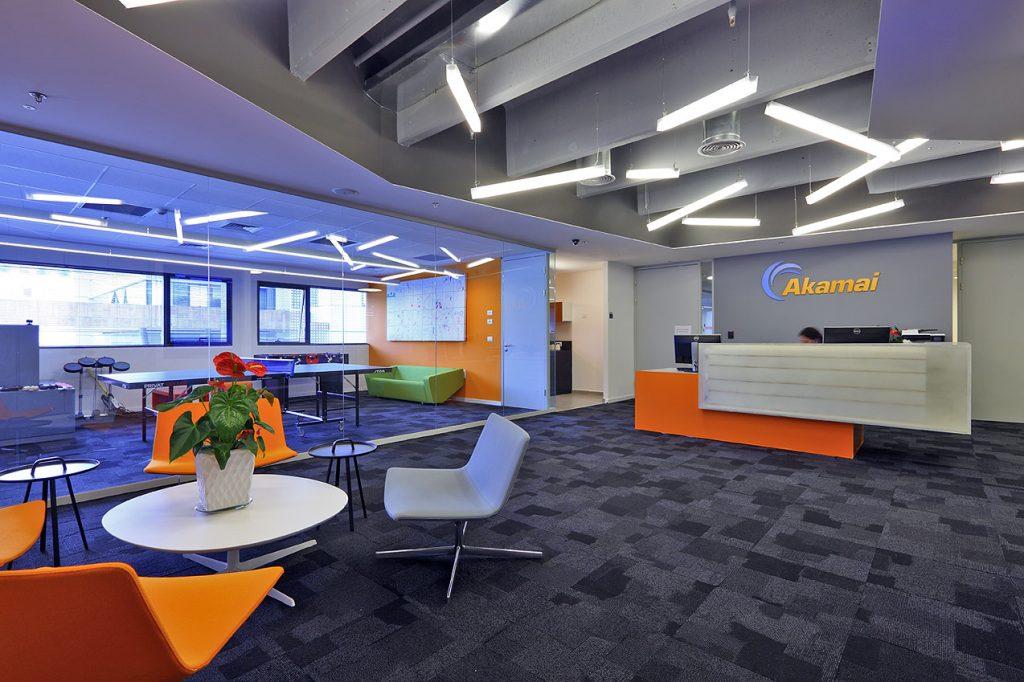 משרדי אקמאי עם תאורה ייחודית